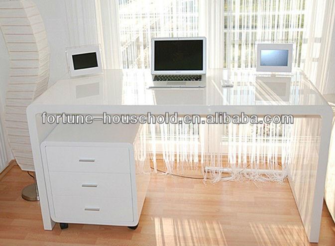 Белый глянцевый компьютерный стол - расскажем где купить.