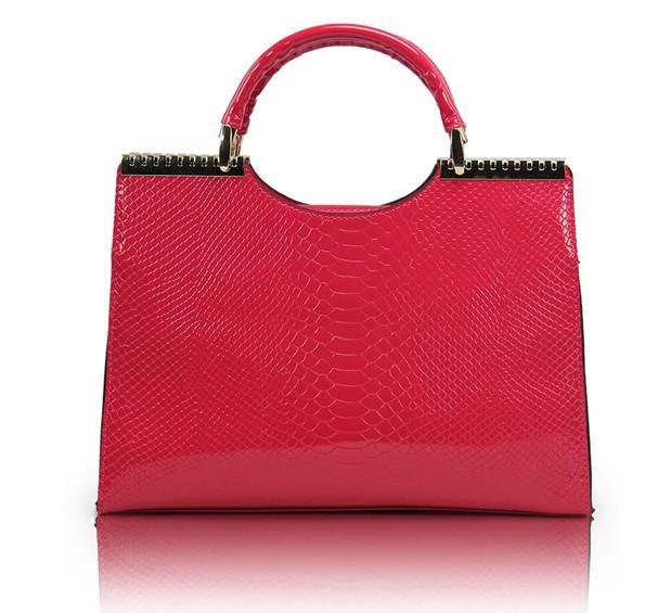 Ярко-розовая лакированная сумка под змеиную кожу с золотистой отделкой.  Изображение 5.
