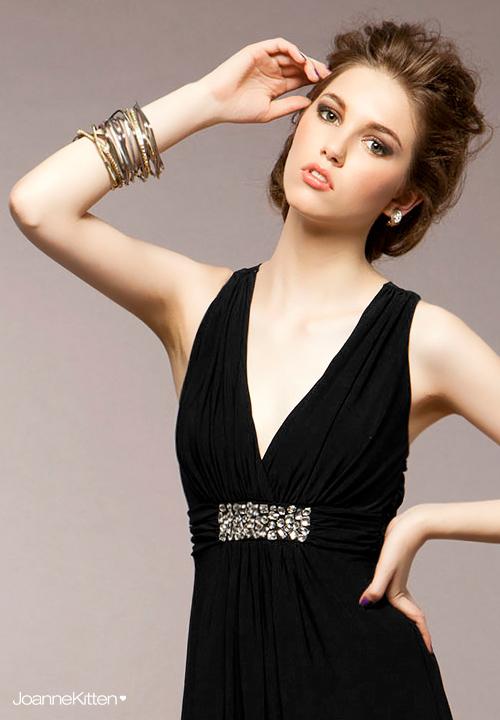 прическа под v образный вырез платья