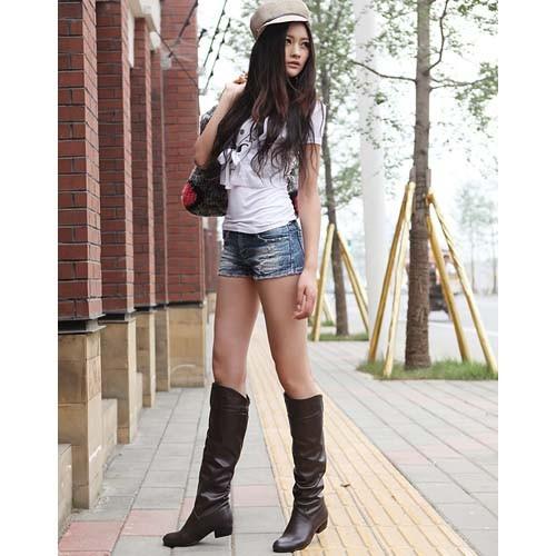 Страстная блондинка в чёрных чулках и на высоких каблуках смотреть онлайн 16 фотография