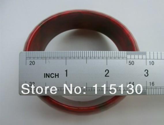 Массивный дамский браслет, выполненный из акрила.