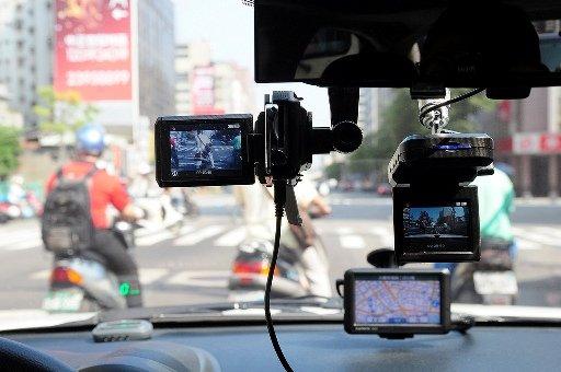 Автомобильный видеорегистратор FULL HD с монитором и выносной камерой.