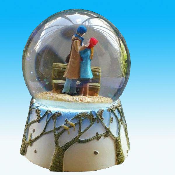 Hotsales Polyresin Valentine's day Water Globe