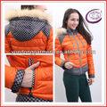 Precio de fábrica al por mayor de las mujeres de la corto brillante pluma de pato de color naranja por la chaqueta Y13069