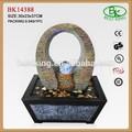 abstracta fuente de resina con piedras decorativas y correr la bola