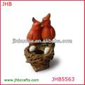 resina de color rojo robin con bird nido de pájaro del alimentador