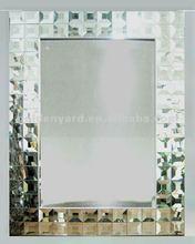 marco del mdf con el diseño decorativo espejo de la pared