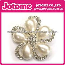 El botón del Rhinestone con la perla