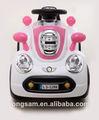 los niños paseo en el juguete del coche con mando a distancia