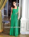 Un vestido bonito partido verde largo de la gasa del hombro