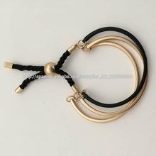 Pulsera brazalete de plata de ley bañada en oro de 18 ct con cordón negro