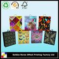 patrones decorativos en cajas de regalo con asas