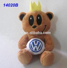 14020B volkswagen insignia del coche celebrada por el oso de peluche