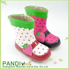 grasa de los zapatos de suela con strawbery chica de moda las botas
