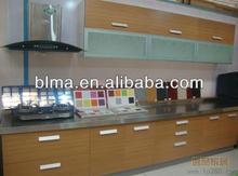 decorativos de madera colgando de la pared de la cocina del gabinete con puerta de cristal