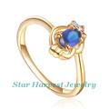 Noble y elegante oro con zafiro y diamantes de anillos de compromiso