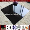 brillante negro puro y blanco piso de cerámica