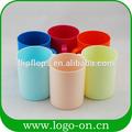 diferentes colores de tazas de plástico
