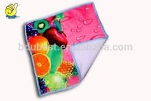 de um ladoimpressão de frutas fotos sobre a toalha do tamanho pequeno