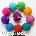 Bolas de fieltro de colores para la decoración