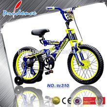 bicicleta que se puede manejar en patio, carretera bajo la supervisión de los adultos