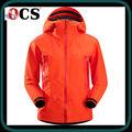 rojo de la mujer chaqueta chaqueta de montaña de desgaste