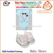 blanca y suave zapatos de bebé niña y bebé mameluco