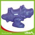 Nuevo diseño de plástico caballo de oscilación con certificación tuv para los niños le. Ym. 010