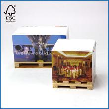 plataforma de madera con el bloque de papel nota cubo