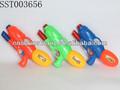 Verde, azul y rojo los colores clásico juguetes pistola de agua