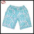 pantalones cortos deportivos de colores con la impresión