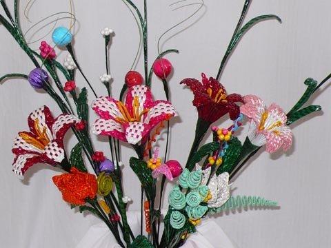 Flores de papel de reciclado periódico