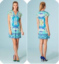 Les femmes de soie bleue robe à fleurs. La mode vestimentaire d'été 2013