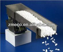 Raw material vibrating feeder