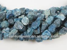 piedra en bruto azul oscuro cianita