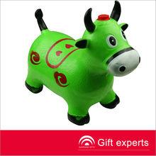 2013 personalizado de promoción inflable forma de vaca de juguete