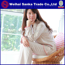 Mujeres atractivas de los pijamas