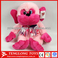 las orejas grandes sonriente sentado mono de peluche mono de color rosa de juguete con lindos ojos