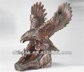 En escultura escultura em bronze águia/estátua na mesa do escritório