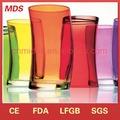 El diseño unico y elegante de colores los vasos de cristal