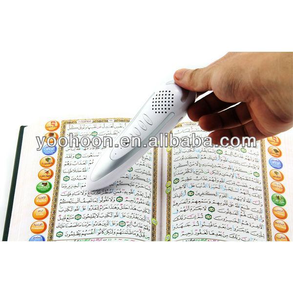 stylo lisant le coran avec des livres pour apprendre la langue