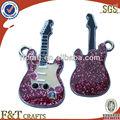 Cute mini guitare émail mol diamante. en poudre chatoyante et revêtement en métal sur mesure téléphone mobile décoration, ornement suspendu
