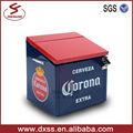 clásico aislados refrigerador corona puede contener 24 botella con cerveza abridor de botellas
