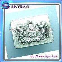 Eigene 3d relief-logo metallplakette in antikem silber