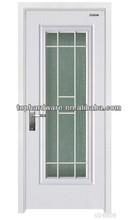 puerta de madera compuesta con una simple talla