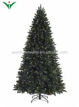 Verde de la navidad de árboles con la luz llevada