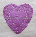en forma de corazón de color púrpura de encaje francés de tapetes de papel la última decoración de la boda