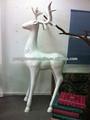 China artes de la resina y regalos de los ciervos toma forma