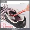 zapatos al aire libre y cepillo de limpieza