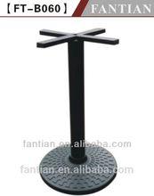 tavolo in marmo per esterni con un metallo cast gamba di ferro